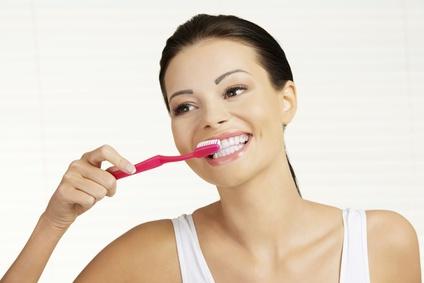 Отбеливание зубов народными средствами: 8 домашних рецептов